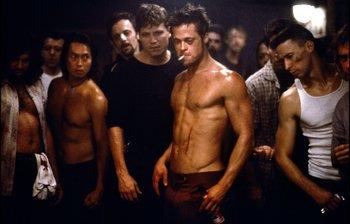 """En la película """"Fight Club"""" (David Fincher, 1999) Brad Pitt y Edward Norton crean un club de pelea clandestino que termina convirtiéndose en en una revolución violenta"""