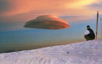 Nube lenticular en Mauna Kea, Hawaii. Estas nubes son populares entre los amantes de los OVNI, ya que suelen parecer naves voladoras. Se forman a grandes alturas, sobre todo cuando el aire húmedo pasa sobre una zona de montañas y es calentado adiabaticalmente (sin transferencia de energía de calor) mientras desciende. El patrón de la nube depende de la velocidad del viento y la forma de las montañas. Un viento constante puede producir nubes estables, que permanecen virtualmente estacionardas en el cielo por largos períodos.