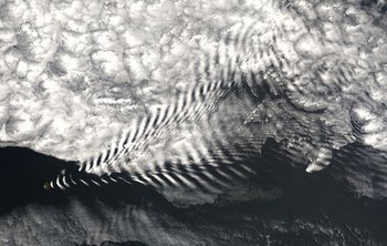 Estas nubes de ondas de gravedad se formaron cuando el aire se desvió hacia arriba y sobre una pequeña isla.