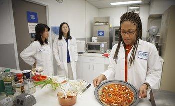Maya Cooper del instituto Lockeed Martin muestra una pizza vegana desarrollada para los astronautas