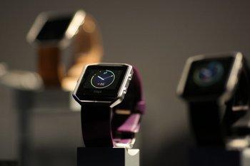 Fitbit presentó su reloj inteligente en la CES 2016, que se asemeja mucho al Apple Watch