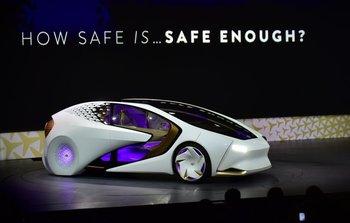 Toyota muestra su vehículo Concept-i durante su conferencia en la CES 2017
