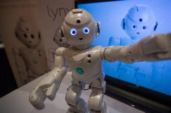 Un robot Lynx de UBTECH Robotics baila durante la CES 2017