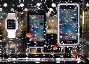 Dispositivos móviles son sumergidos en agua dentro de las carcasas resistentes Catalyst en la CES 2017