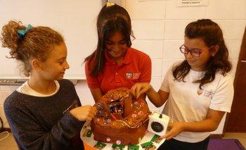 El equipo de las niñas que fabricaron una torta con saludo electrónico