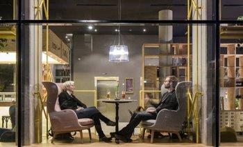 La sala del Schani Wien, diseñada para facilitar el intercambio entre los huéspedes