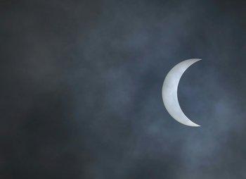 <p>El sol forma una medialuna creciente en esta vista del eclipse solar desde Charleston, Carolina del Sur</p><p></p>