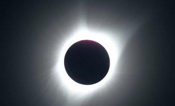 """<pre><span style=""""font-family:nullinheritnull,nullserifnull; color:#212121"""">El sol parcialmente eclipsado en la primera fase del eclipse solar total en Parque Nacional Grand Teton, en las afueras de Jackson, Wyoming<o:p></o:p></span></pre>"""