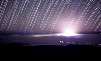 <div>Rastro de estrellas y resplandor durante la noche del 21 al 22 de mayo producida apilando alrededor de 100 fotos</div>
